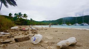 plastic op het strand in de Caribbean