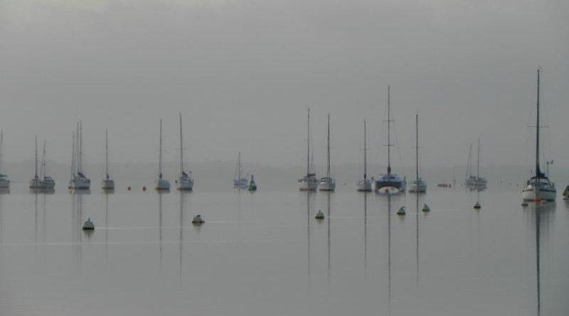 Zeilboten in de mist River Orwell