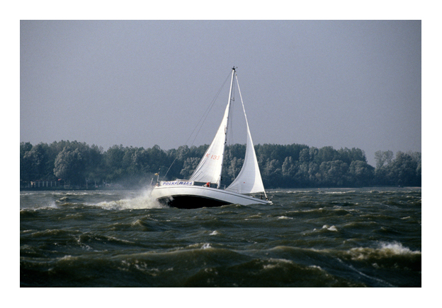 Soms kan het even schrikken zijn. Windkracht 8/9 net buiten Enkhuizen. Een gereeft jacht.