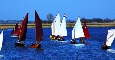 Zeilbootjes naar Iain Oughtreds ontwerp op het water