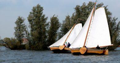 Kampa's camera: Skouspul. Onderlinge wedstrijd van houten schepen gebouwd bij jachtwerf Joh. van der Meulen, waar al meer dan 135 jaar houten schepen worden gebouwd.