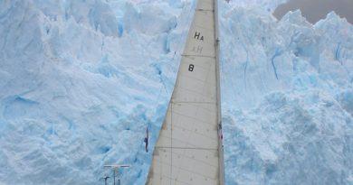 Kampa's camera: zeiljacht Tooluka voor één van de gletsjers in het diepe zuiden van Argentinië. Gletsjer zeilen