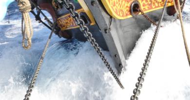 Boeg zeilend vrachtschip Tres Hombres