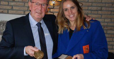 Marit Bouwmeester gehuldigd door O- jol vereniging in jasje Daan Kagchelland
