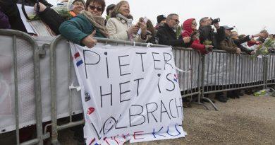 Publiek met spandoek bij het inhalen van Pieter Heerema : het is volbracht