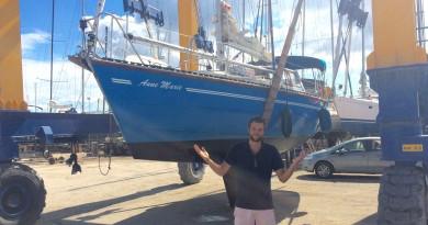 Zeilboot Anne Marie op de wal in Griekenland
