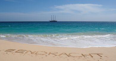 Driemaster De Eendracht vanaf het strand in Kaapverdië
