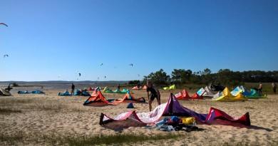 Strand met kites, kiters en kiten