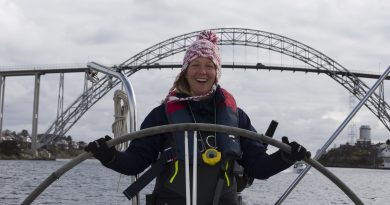 Gerie aan het stuurwiel met de Zeezeilers in Noorwegen