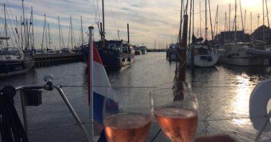 Champagne in de kuip in Urk