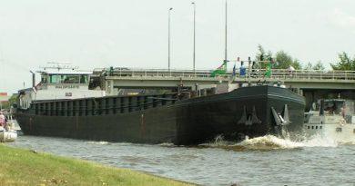 Vrachtschip knel tussen twee pleziervaarders op smalle vaarweg