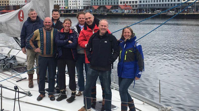 De groep die tussen de fjorden naar Bergen vaart