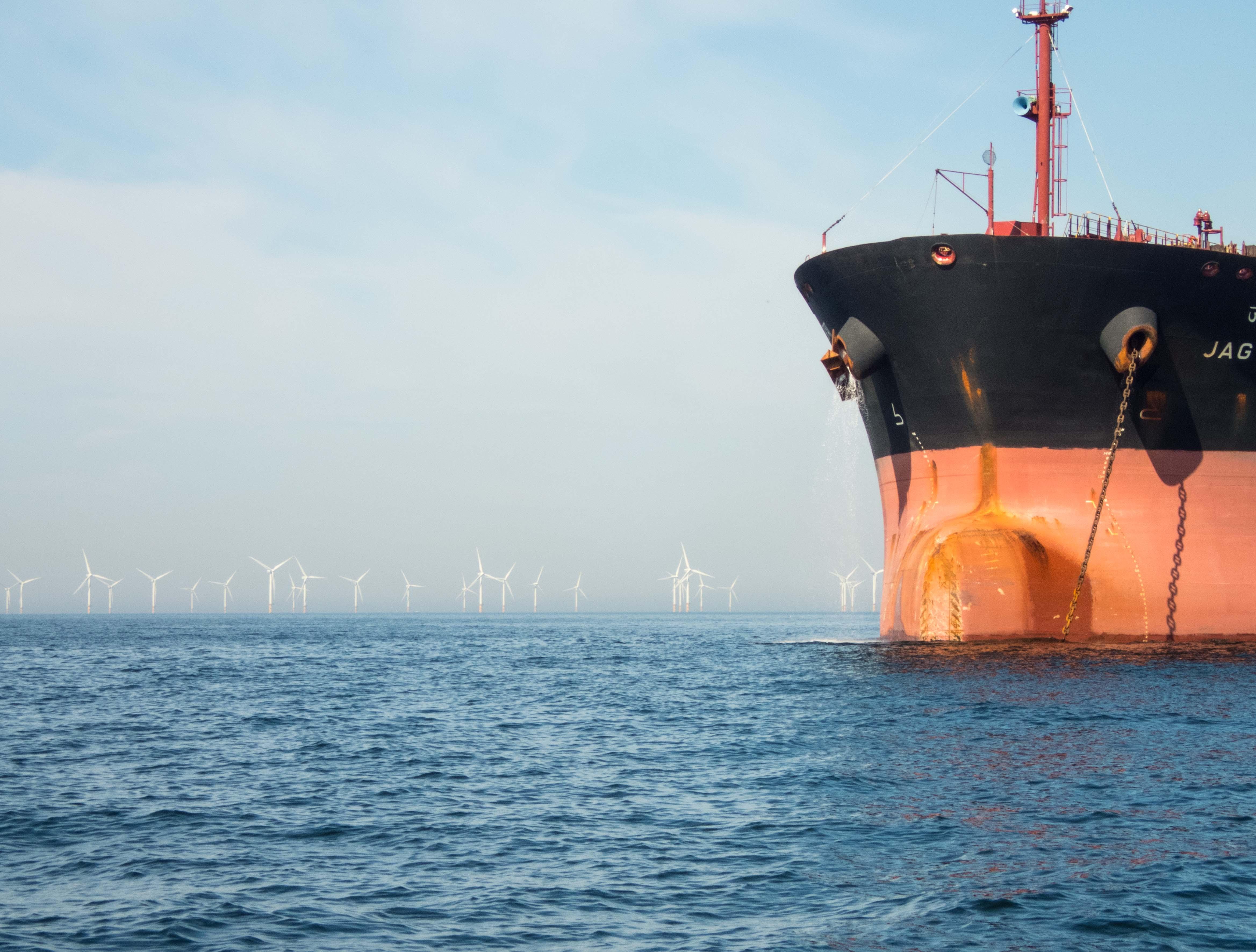 Zee met windmolens en vrachtschip